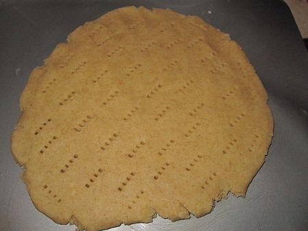 Pasta frolla cruda punzecchiata con la forchetta