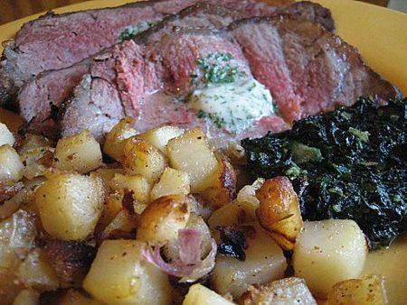 Roastbeef con burro aromatizzato e contorno di patate e spinaci