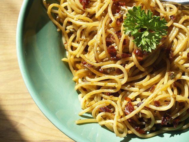 Spaghetti acciughe capperi e pomodoro