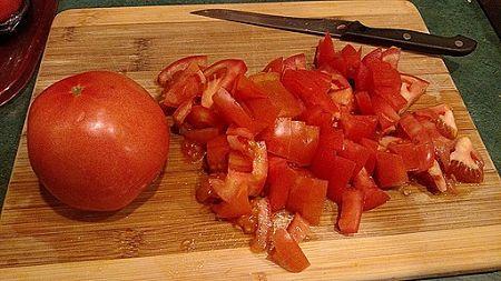 Come fare a tocchetti il pomodoro crudo