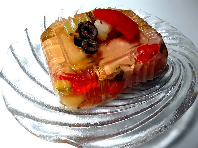 Aspic di pollo in gelatina fatto con avanzi