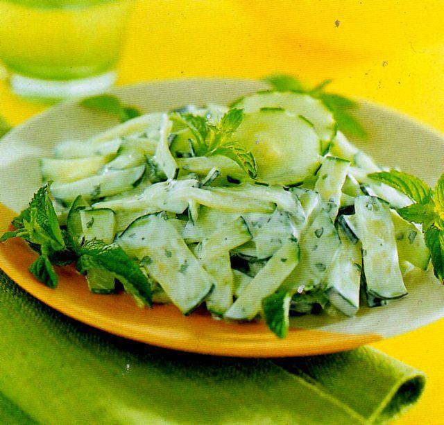 Insalata di cetrioli alla salsa bernese nel piatto