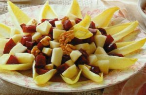 Piatto con insalata di indivia, mele, barbabietole e noci da condire con panna acida