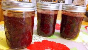Confettura di lamponi, more e mele chiusa in barattoli di vetro