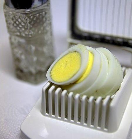 Uovo sodo affettato con utensile apposito