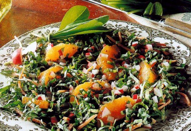Insalata con cicorino, arance,ravanelli e carote in salsa di senape