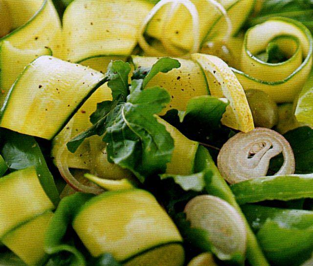 Insalata dietetica di zucchine, rucola e peperoni verdi