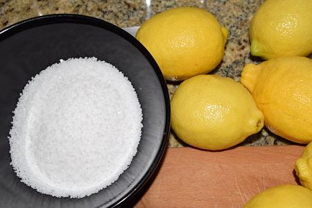 Limoni accanto a sale nella ciotola