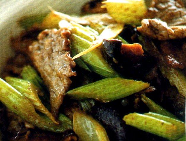 Gustosi straccetti di manzo cotti in padella con sedano e funghi alla cinese