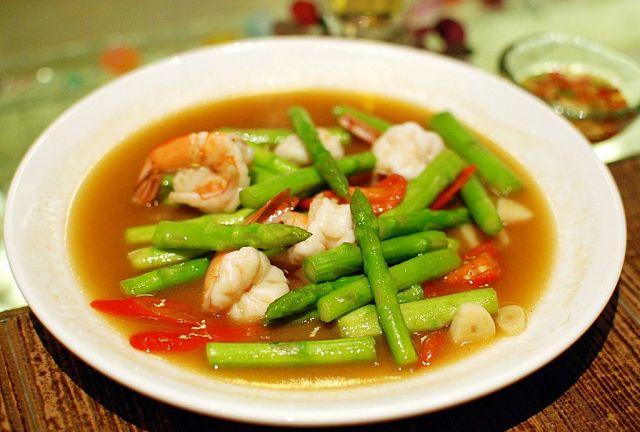 Zuppa di gamberi, funghi e asparagi nella fondina