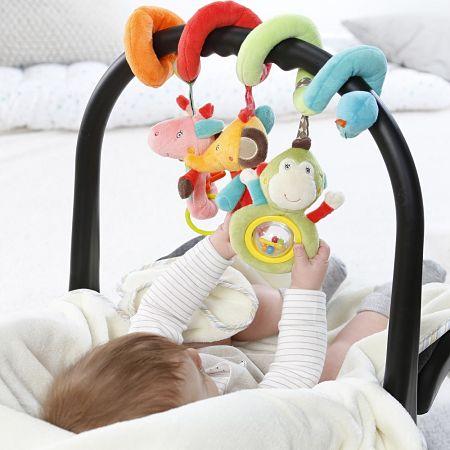 Bebè afferra gli anumaletti del giochino a spirale