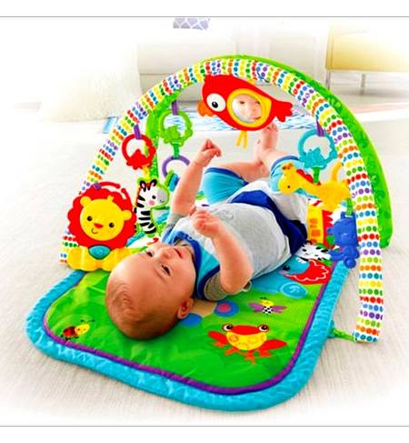 Bebè gioca con i pupazzi nella palestrina