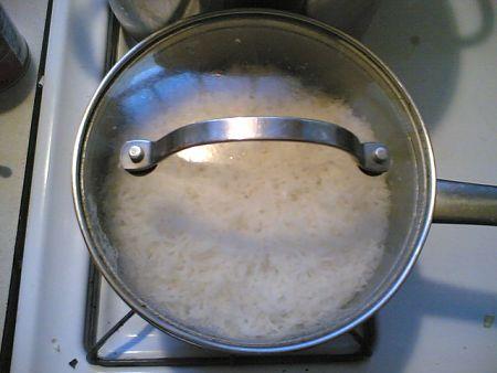 Il riso pilaf va cotto in pentola con il coperchio