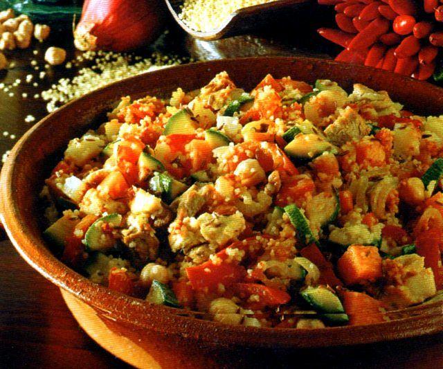 Piatto unico di cous cous, pollo, verdure e ceci
