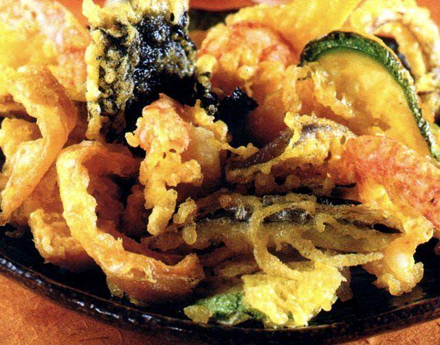 Appetitoso piatto di gamberi e verdure pastellati e fritti