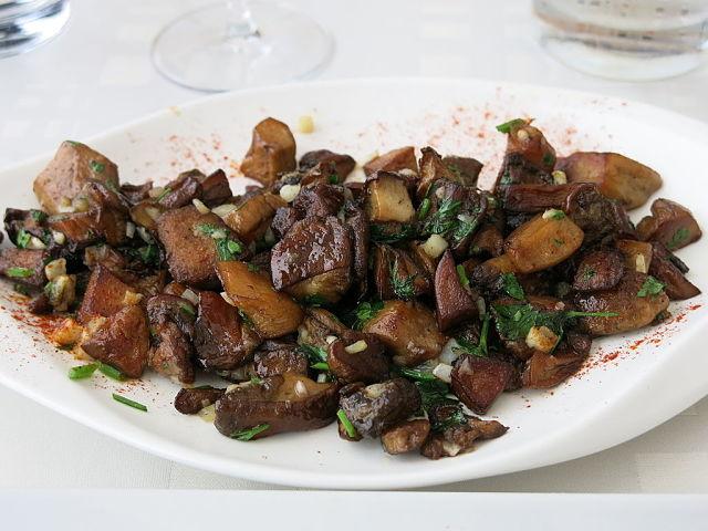 Foto di funghi porcini cucinati in padella alla parigina con prezzemolo, aglio e mollica di pane