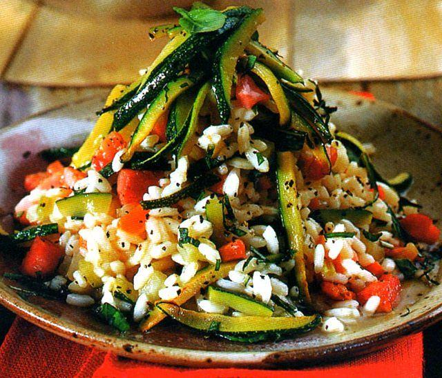 Riso con verdure all'indiana presentato bene nel piatto