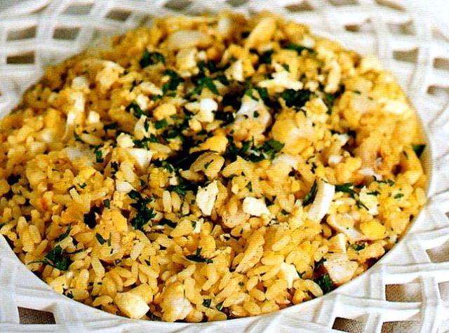 Risotto con pesce e curry nel piatto