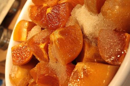 Il mix di zucchero e pectina in polvere va aggiunto a freddo ai cachi quando si fa la marmellata