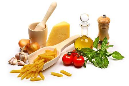 Ingredienti sempici e sani della pasta al pomodoro all'italiana