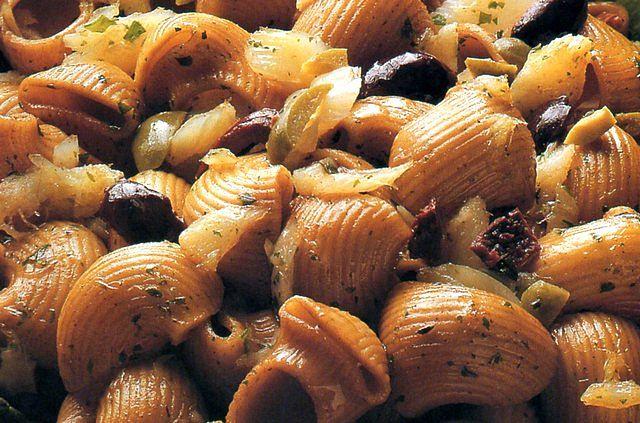 Pasta integrale con condimento di baccalà e olive taggiasche