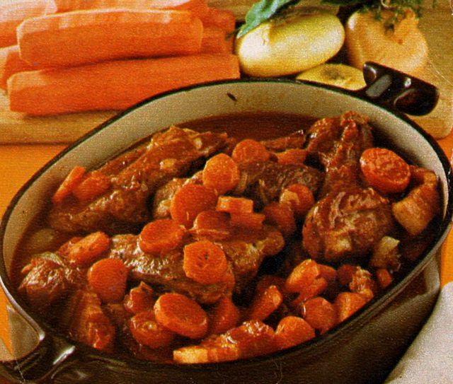 Tacchino stufato con carote nella pentola