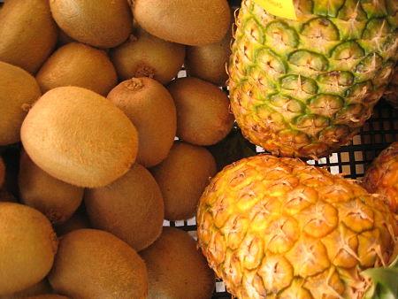 ananas e kiwi freschi e maturi