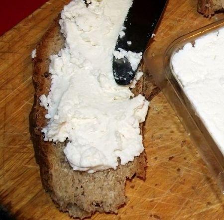 Formaggio fresco a pasta morbida spalmato su pane di Triora
