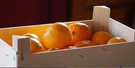 Mandarini maturi e freschi nella cassetta