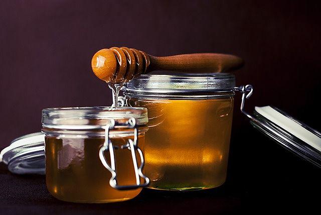 Miele crudo in barattoli di vetro