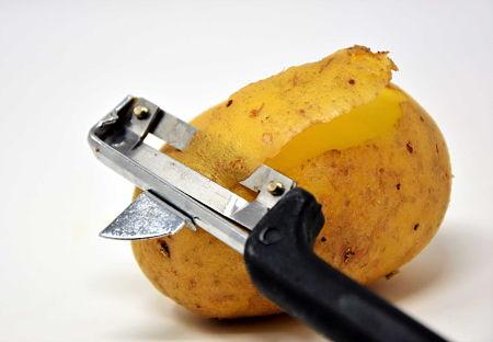 Come sbucciare una patata con lo spelucchino