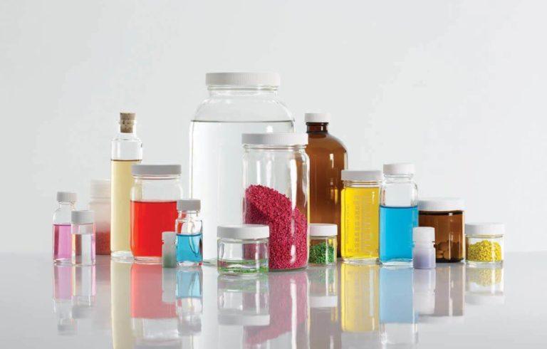 Bottiglie e barattoli di vetro e di plastica senza etichette
