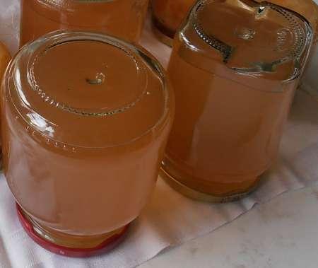 Barattoli con gelatina capovolti sul tavolo