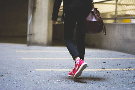 Donna cammina a passo svelto