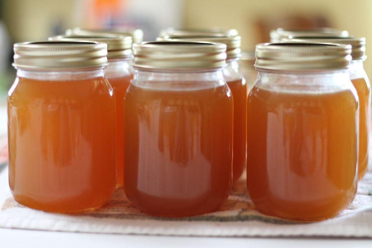 Gelatina di agrumi fatta in casa conservata in vasi di vetro chiusi