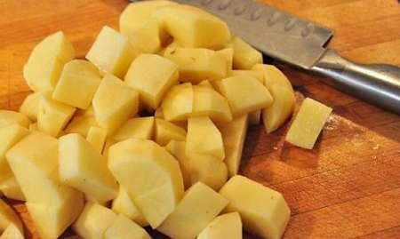 Patate crude tagliate a dadini con il coltello