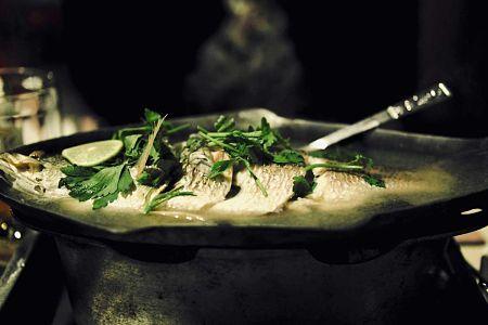 Il pesce lesso deve apena sobollire nel brodo di cottura