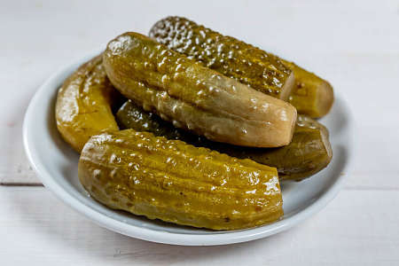 Grossi cetrioli sott'aceto nel piatto