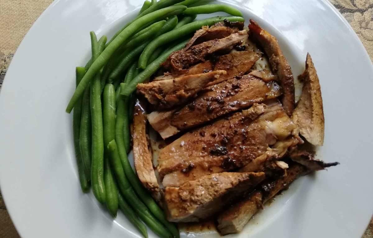Fette di coscia di tacchino cucinate in padella con salsa di soia con contorno di fagiolini lessi