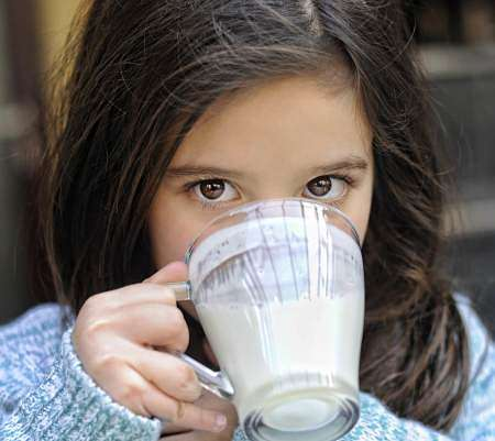 Ragazzina consuma yogurt come salutare spuntino