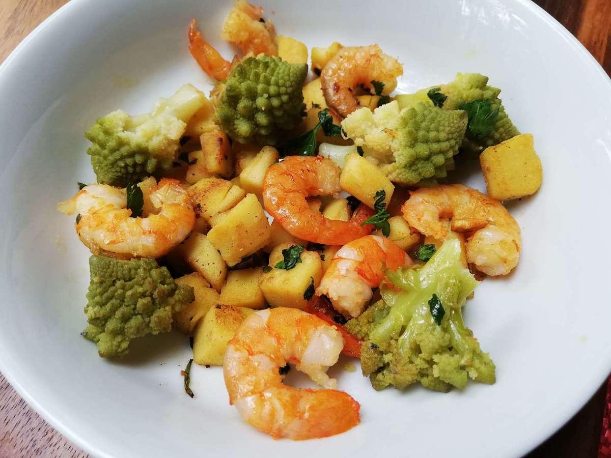 Piatto con mazzancolle, cime di broccolo e dadolata di ceci saltati in padella