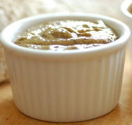 Pesto di pistacchio in ciotolina di ceramica bianca