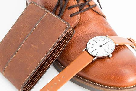 Scarpa, portafoglio e cinturino di orologio in cuoio liscio