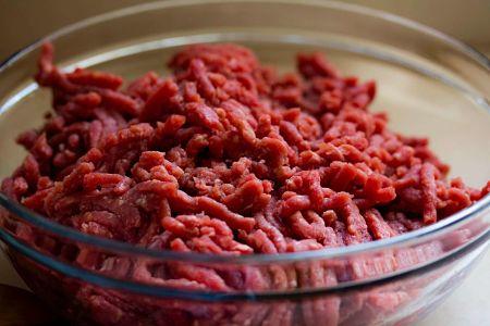 Ciotola con carne bovina di prima scelta macinata