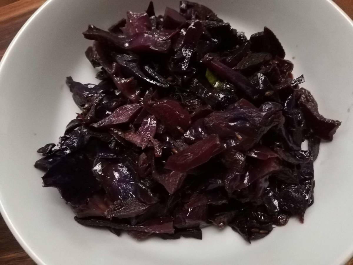 Cavolo rosso cucinato velocemente e semplicemente in padella con il vino