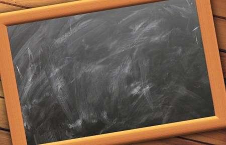 Lavagna nera pulita male con cancellino sporco