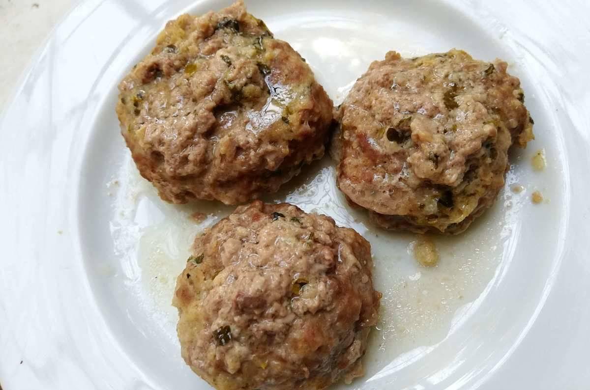 Polpette di carne cotte al vapore nel piatto