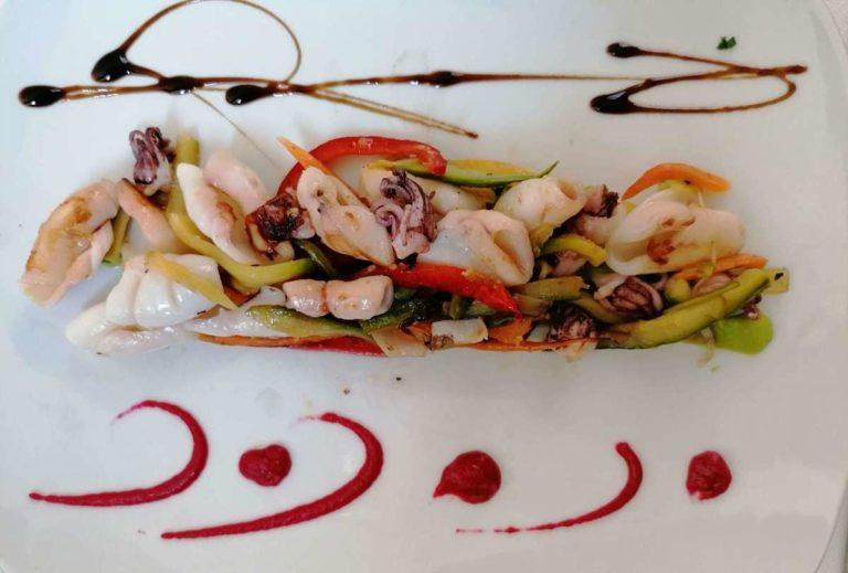 Antipasto di totani fatti saltare in padella con verdure di stagione
