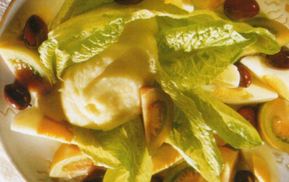 Insalata con salsa fatta con mandorle e patate