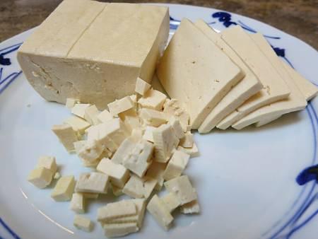 Tofu tagliato a dadini e a fette